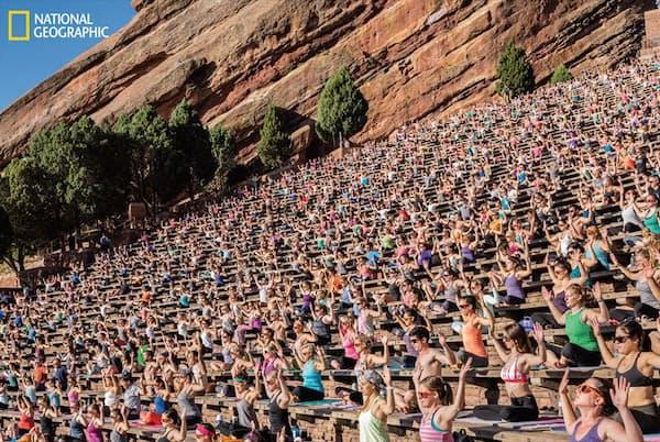 米国コロラド州デンバー郊外のレッドロックス野外劇場で開催された「ヨガ・オン・ザ・ロック」。2100人が参加した。米国では、ストレス解消と健康増進の方法としてヨガの人気が高まっている(PHOTOGRAPH BY ANDY RICHTER)