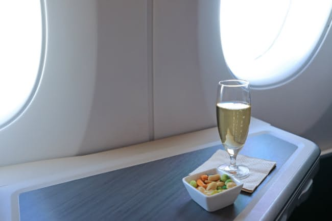 航空会社各社は機内ワインに力を入れている(写真はイメージ=PIXTA)