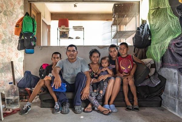 グロリア・サリナスさん一家は、ギャングの暴力から逃れるために中米エルサルバドルを出た(PHOTOGRAPH BY JOHN STANMEYER)