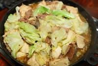 ホルモンと甘辛いたれの味がキャベツや木綿豆腐に染み込んだホルモン鍋(ホルモン幸楽)