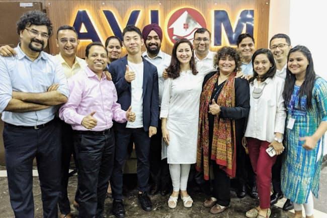 グループ会社のメンバーと(2019年8月、デリーで。前列左から3人目が慎氏)