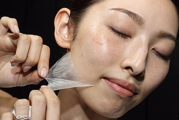 花王の新製品「バイオミメシス ヴェール」はファインファイバーテクノロジーを応用した製品で、肌表面に形成した極薄膜が寝ている間も長時間密着し、美容液を肌に浸透させたまま湿潤環境を整える
