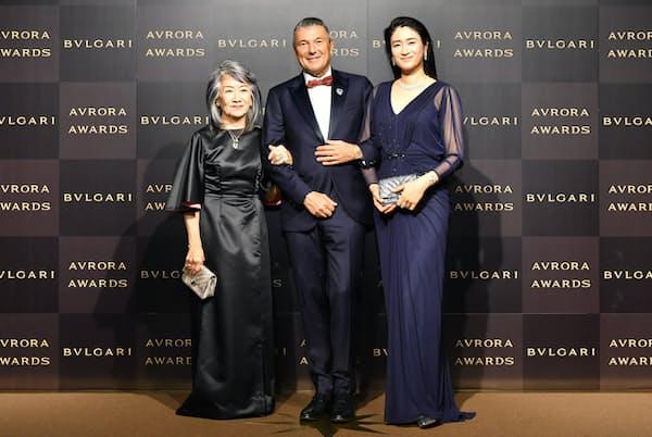 ブルガリグループCEOのジャン-クリストフ・ババン氏(中)と「ブルガリ アウローラ アワード 2019」受賞者、女優の小雪さん(右)と推薦者で演出家の奈良橋陽子さん