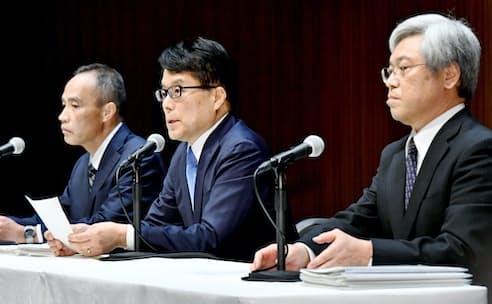 初の記者会見で内部統制の優先を唱えた増田寛也・日本郵政社長(中央)