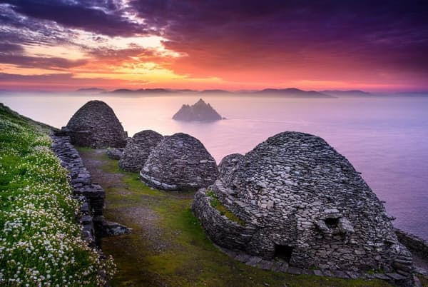 シュケリッグ・ヴィヒル(スケリッグ・マイケル島とリトル・スケリッグ島):アイルランド、ケリー州沖に浮かぶ島に、石積みの僧房が残る。6~8世紀、苦行を求める修道僧が神との結びつきを強めようと、修道院を出てここへやって来た(PHOTOGRAPH BY HARTMUT KRINITZ, LAIF/REDUX)