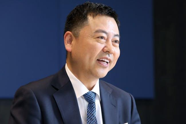 「スーツは生地の質感で使い分ける」と話す東京個別指導学院の齋藤勝己社長