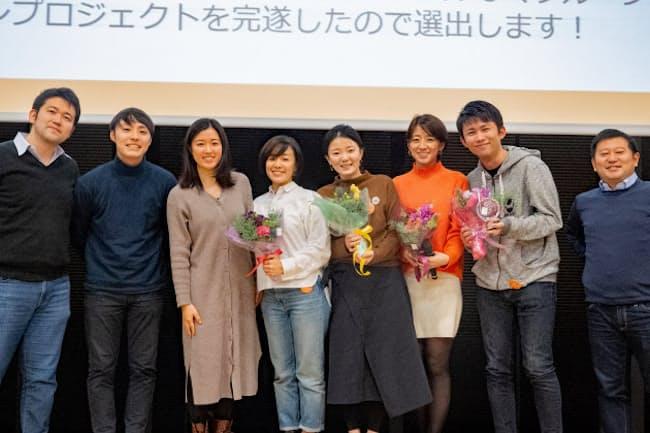 長尾さん(右から3人目)らM&Aチームは2019年度下期のMVPの社内表彰を受けた