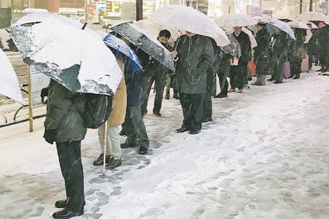 雪の影響で交通網が乱れ、タクシー乗り場には行列ができる(2018年、東京都豊島区)