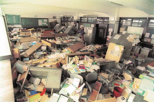 壊滅状態の職員室から高3の「調査書」を発掘しなければならなかった=灘中学校・高等学校提供