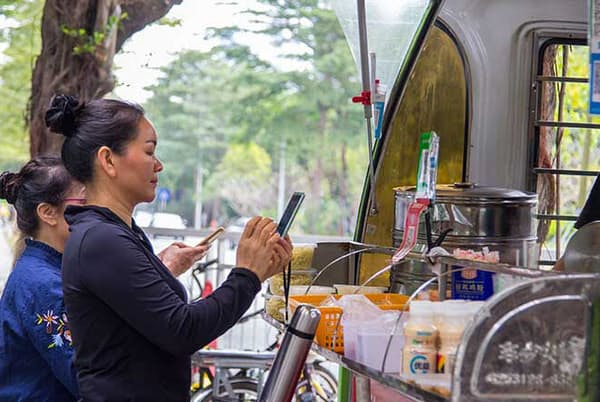 「47都道府県キャッシュレス決済普及率ランキング2020」で各サービス別に支持傾向を分析。各社の強みや課題がそこから浮かび上がった(写真/Shutterstock)