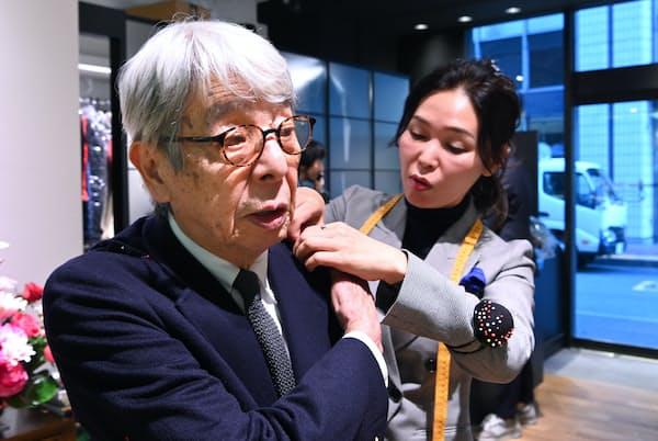 心斎橋リフォームの内本久実子副社長(右)にリフォームの手順を聞く石津祥介さん