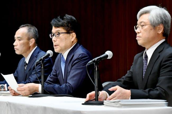 初の記者会見に臨む増田新社長(中央)