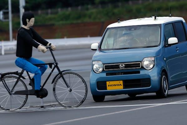 自動車に搭載された安全運転支援技術にはどんな機能があり、何ができて何ができないのか。ホンダに話を聞いた(写真は栃木県さくら市のテストコースで報道陣向けに行われた横断自転車認識機能の新機能デモンストレーションの様子)