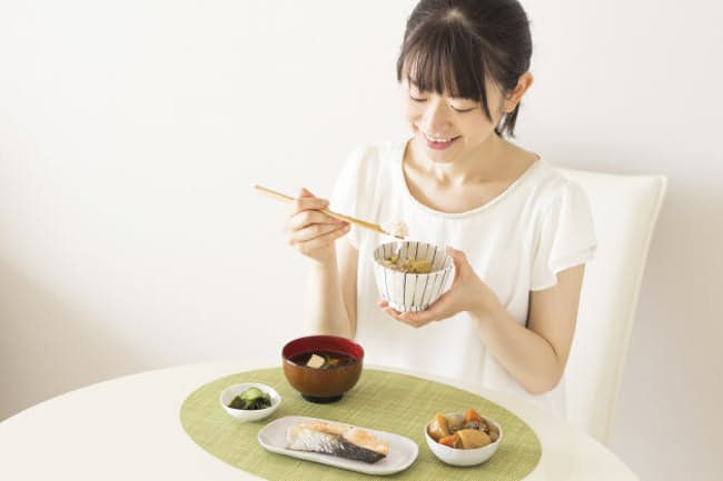 目が疲れている人はサケなどオレンジ色の食べ物をとりたい(写真はイメージ=PIXTA)