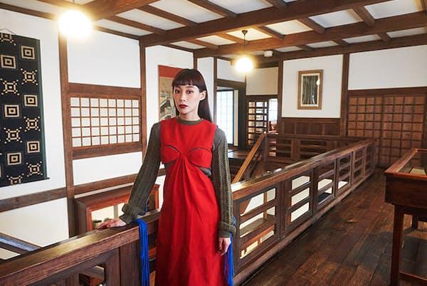 「日本民藝館は、和洋折衷のバランスが素晴らしいですね」と語るユリアさん(NikkeiLUXEより)