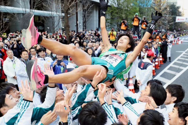 2年ぶり5度目の総合優勝を果たし、胴上げされる青学大アンカーの湯原=東京・大手町(共同)