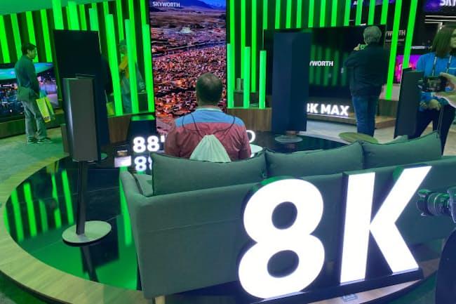 CESでは各社が「8K」テレビをアピールした。写真は中国Skyworthブース。8Kテレビが大量に展示され、完全な「8Kシフト」だ