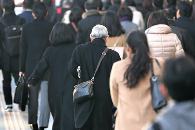 シニア世代の出勤風景(JR東京駅)
