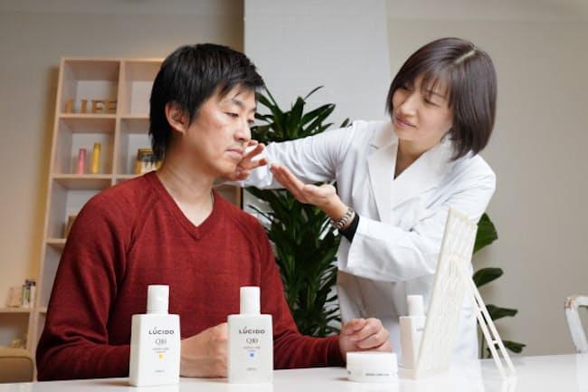 「肌に変化が表れるのが40代」と話す山口あゆみさん(右)。田渕智也さんは現在47歳。「朝晩洗顔後にケアし続け、肌が変わったのを実感しています」と言う