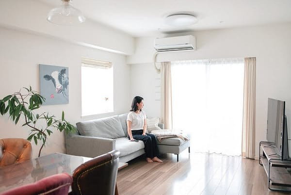 eilersenのカウチソファに寝転がってNetflixを見るのが至福の時間と語る飯島彩香さん