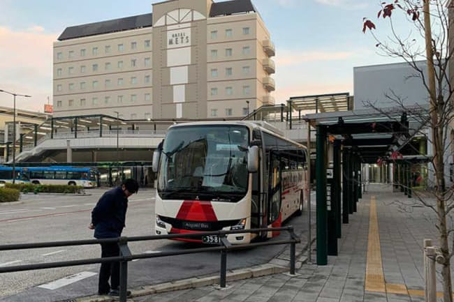 実証実験で使われた貸し切りバス。ワンダートランスポートテクノロジーズが実施