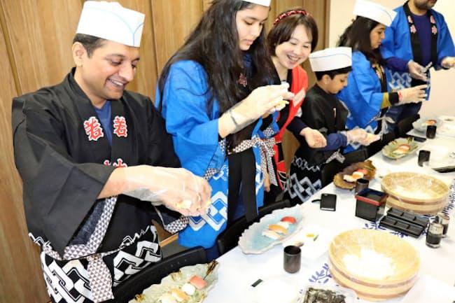 東京浅草うめもり寿司学校(東京都台東区)ですしづくりを体験するインドからの観光客