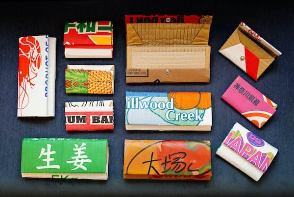 島津冬樹さんが世界中で集めてきた段ボールで作った財布類