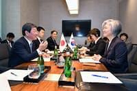 韓国の康外相(右手前)と話す茂木外相(1月14日、米カリフォルニア州イーストパロアルト)=外務省提供