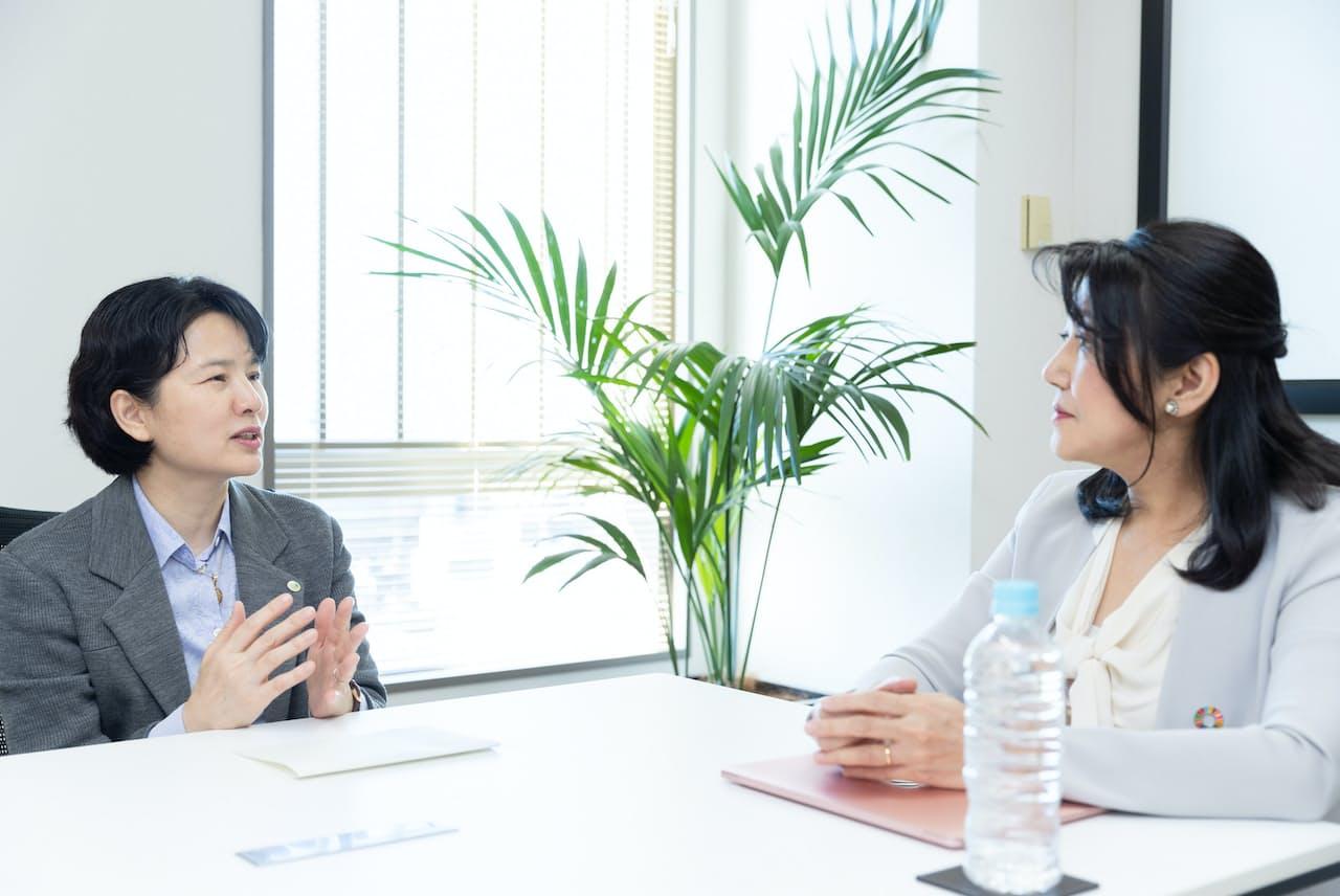 日立製作所の大和田順子さん(左)と白河桃子さん。(大和田さんの役職や略歴は1ページの下に掲載しました)