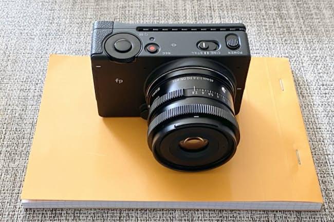 シグマfp。キットレンズの「SIGMA 45mm F2.8 DG DN」を装着したところ。同キットの実勢価格は24万円。ボディーのみの実勢価格は20万円