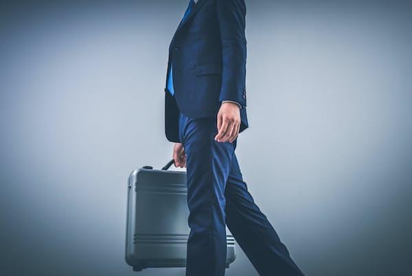 日常生活で姿勢を意識することで「ゆるみ」をなくし、「できる男」のイメージをキープ(写真はイメージ)=PIXTA