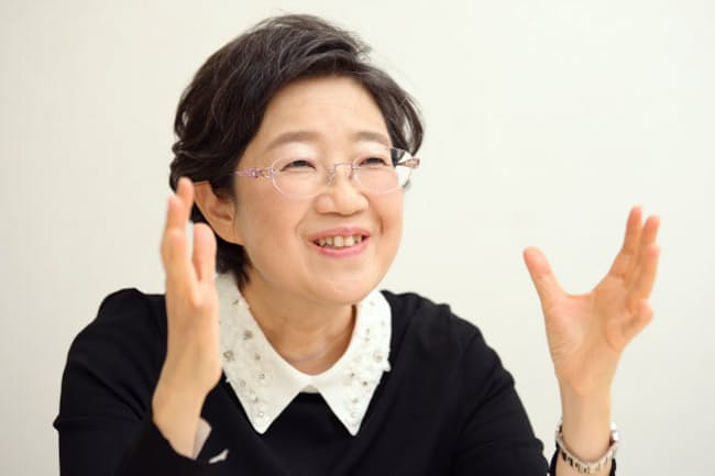1962年東京都出身。立教大大学院在学中の89年に作家デビュー。文化人類学者としても活動。国際アンデルセン賞・作家賞、本屋大賞など受賞。現在、川村学園女子大特任教授を務める。