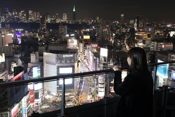 無料の東急プラザ渋谷17階の屋上庭園からは新宿の高層ビル群も楽しめる(東京都渋谷区)=三浦秀行撮影