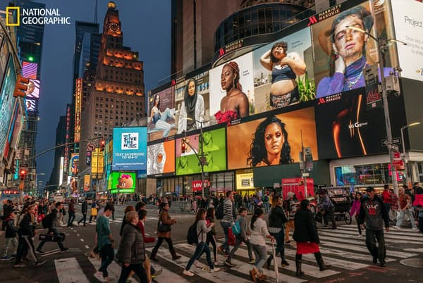 米国ニューヨーク市のタイムズスクエアを見下ろす広告板。自分らしい美しさを表現した写真をインスタグラムに投稿するキャンペーンや、肌の色や出身国など多様なモデルを起用することで、幅広い顧客に向けてシェア拡大を狙った広告もある(PHOTOGRAPH BY HANNAH REYES MORALES)