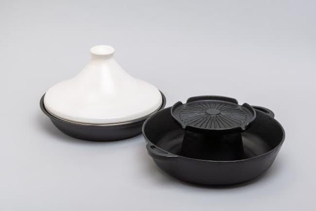 今や鍋はハイブリッドタイプが定番。タジンとしても、すき焼き用としても使える鍋と、焼き肉としゃぶしゃぶが同時に楽しめる鍋