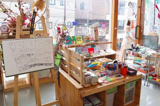 筆記用具や工作の道具が豊富にそろえられたアトリエ