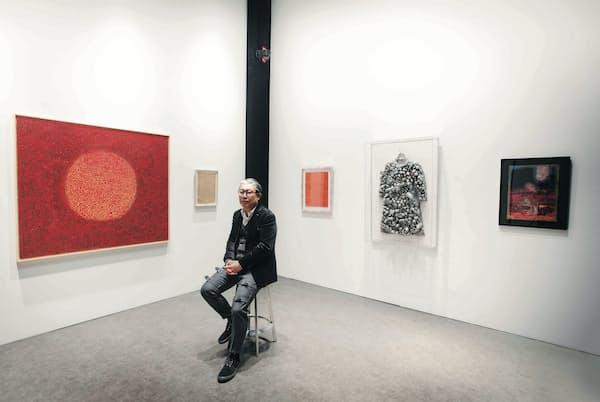人事の知識と趣味の現代アート収集を掛け合わせたキャリアスキルで、美術大学教授に転身した宮津大輔さん (c) YAYOI KUSAMA