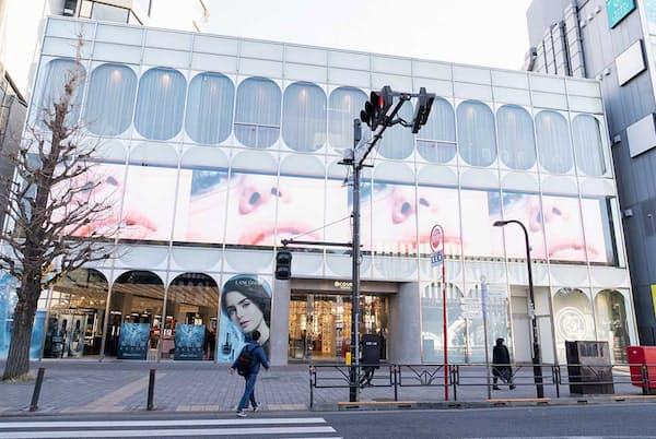 「@cosme TOKYO」外観。JR原宿駅を出ると大きなサイネージが目に飛び込んでくる。横幅約30メートルもある(写真:稲垣純也、以下同)