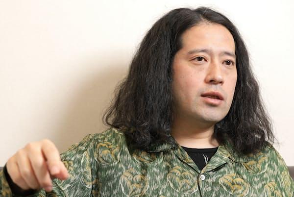 1980年大阪府生まれ。お笑いコンビ「ピース」として活動中。2015年に初の小説「火花」で芥川賞を受賞。累計発行部数300万部以上のベストセラーに。最新刊に初の新聞連載「人間」がある。