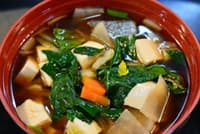 鎌倉五山の建長汁はホウレンソウの鮮やかな緑が特徴