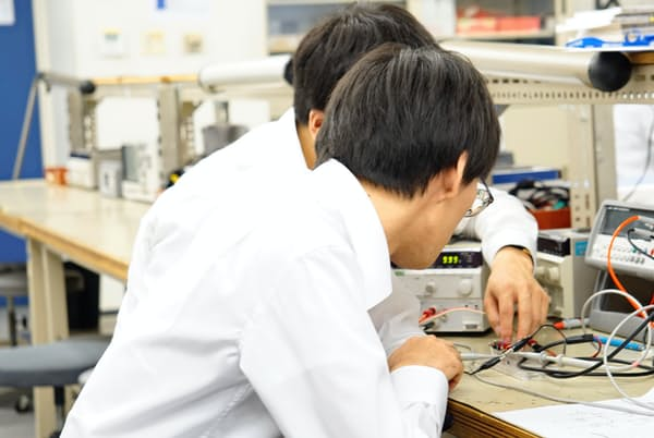 電子回路の周波数を測定する電気系エンジニア(メイテックの神奈川県厚木市の研修施設)