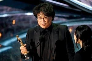 「パラサイト 半地下の家族」で作品賞を獲得したポン・ジュノ監督=ロイター