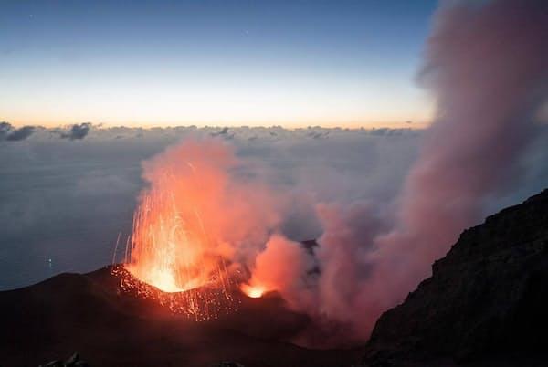 ストロンボリ島の火山は常に穏やかな活動を続けており、ときおり、激しい噴火が起きる。2019年夏に大規模な噴火が相次いだ後、イタリア市民保護局は不安定な状態と判断し、標高約290メートルから先への立ち入りを禁止した(PHOTOGRAPH BY ANDREA FRAZZETTA, NATIONAL GEOGRAPHIC)
