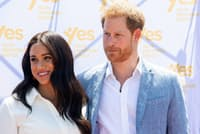 2019年10月、南アフリカを訪問したヘンリー王子とメーガン妃。ノータイの白シャツにさわやかなブルーのジャケットを合わせた=ロイター