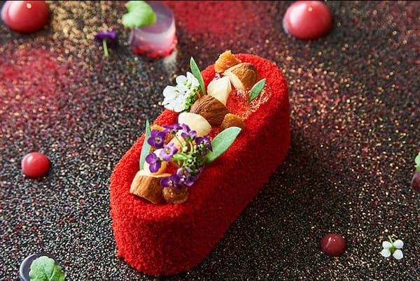目の前に置かれた瞬間、赤の鮮やかさに息をのむ一皿は、デザートのような優美さだが、実はフォアグラを使用した前菜だ(NikkeiLUXEより)