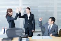 適切なほめ言葉は職場のムードをポジティブに盛り上げる(写真はイメージ)=PIXTA