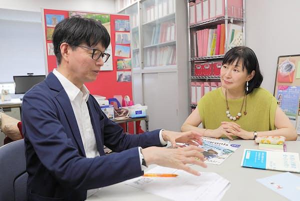 国士舘大学教授の鈴木江理子さん(右)にインタビューする川端裕人さん。