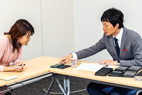 一家まるごとキャッシュレスの具体策を話し合う菊地氏(右)と新井さん