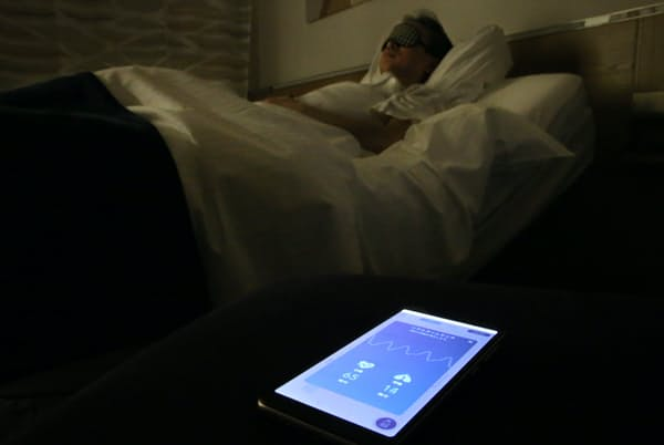 マットレス下のセンサーが寝ている間の心拍数や呼吸数をチェックし、眠りの質を計る(東京都中央区のレム東京京橋)=三浦秀行撮影