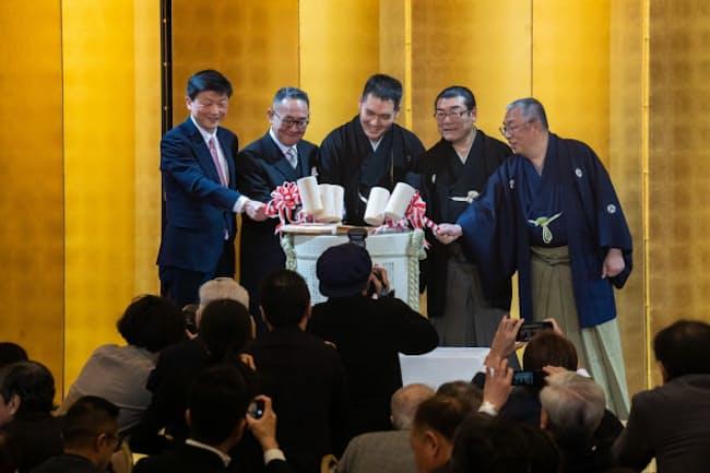 2月9日に都内で開かれた神田伯山さん(中央)の襲名と真打ち昇進を祝うパーティー(撮影/金子山)